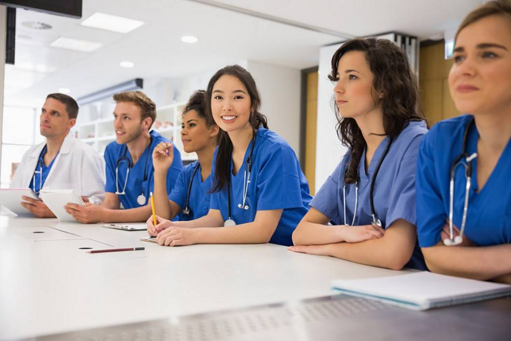 میانگین حقوق سالانه پزشکان در کانادا